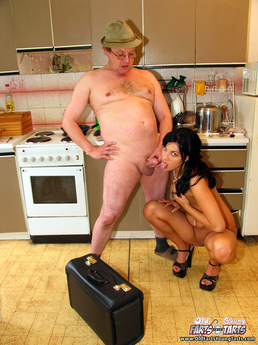 Трахнул на кухне домохозяйку 10 фотография